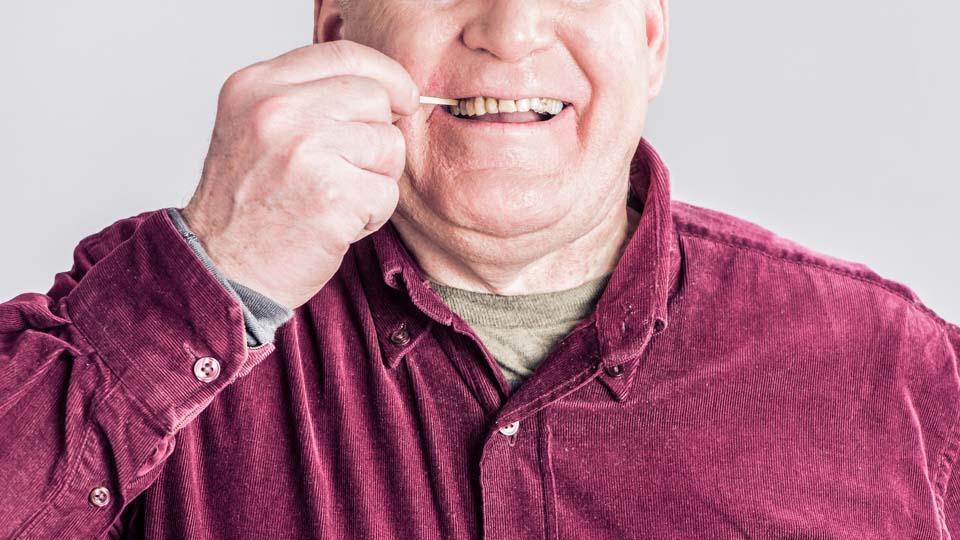 Hyvä suuhygienia auttaa pitämään hajut kurissa. Hammastikulla voi poistaa hammasväleihin kertyneet bakteerit.