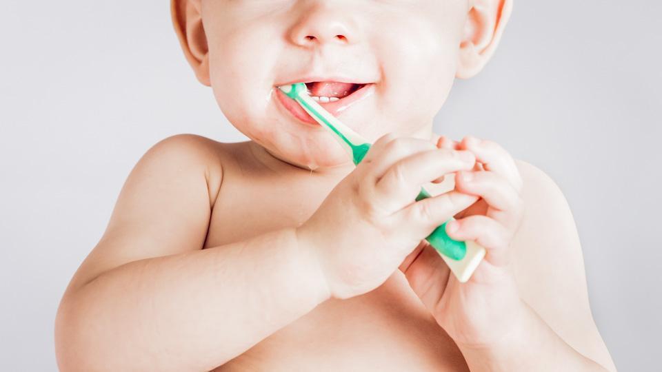 Lasten hammastahna sisältää aikuisten tahnaa vähemmän fluoria.