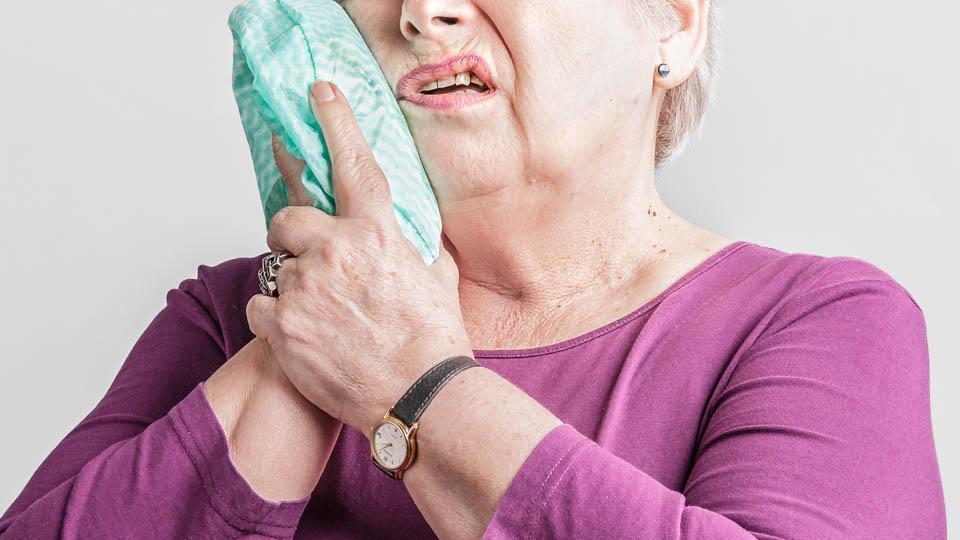 Tupakointi voi aiheuttaa ongelmia esimerkiksi hampaan poistosta toipumisessa.