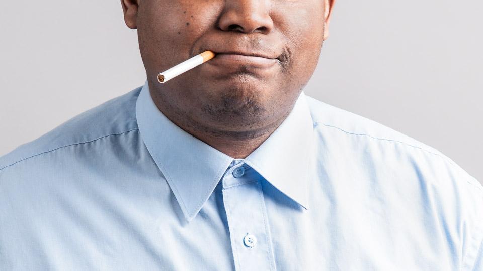 Tupakointi voi saada hampaat tummentumaan.