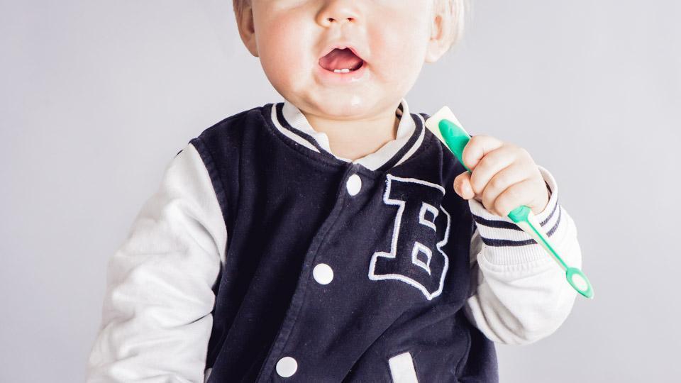 Vanhempien kannattaa välttää suukontaktia lasten kanssa.