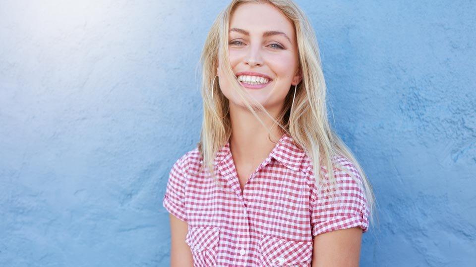 Onnistuneen hoidon jälkeen hammasimplanttien varaan tehdyt hampaat tuntuvat ja näyttävät luonnollisilta.