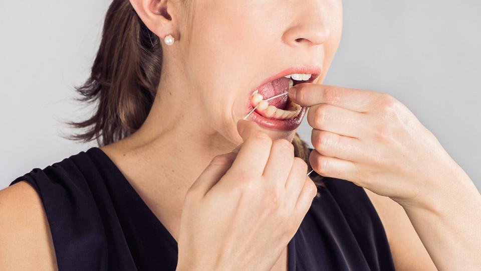 Suuhygienistin työ sisältää omahoidon opetusta kuten hammaslangat käytön opetusta.