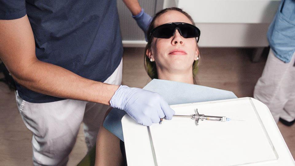 Hampaan puudutus ja puudutusaine helpottavat hammashoitotoimenpiteiden suorittamista.
