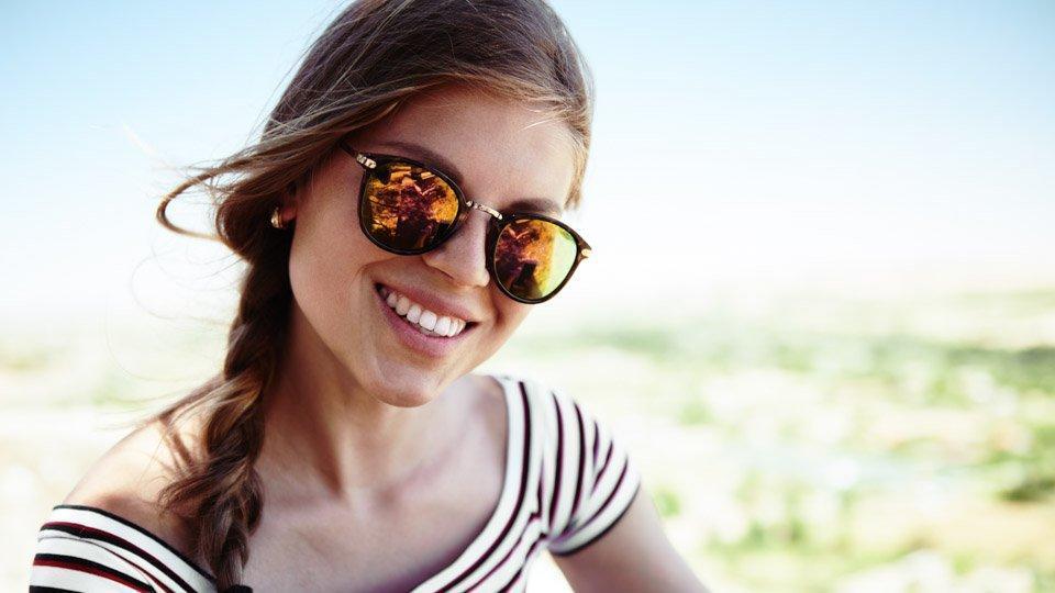Hymyilevä kaunis nainen, jolla valkoiset hampaat.