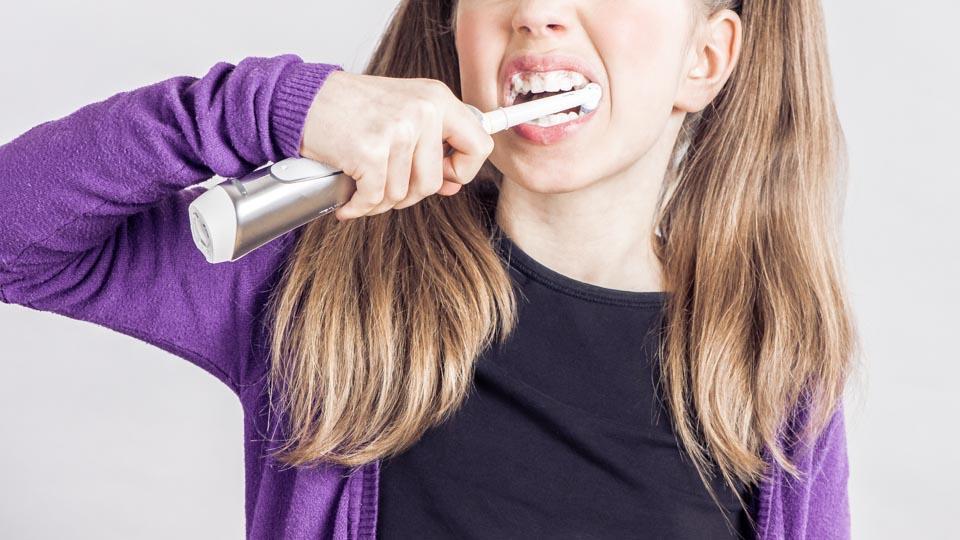 Lasten sähköhammasharja on aikuisten hammasharjaa pienempi.
