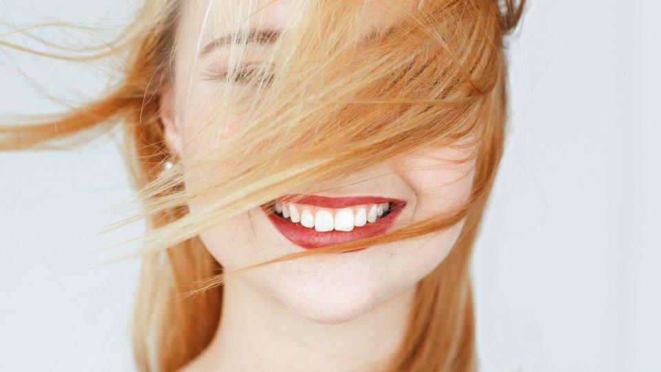 Hammasimplanttihoidon hintaan vaikuttaa hammaslääkärin osaaminen, käytetyt materiaalit ja takuu.
